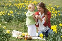Moeder en Dochter met Verfraaide Paaseieren Stock Afbeeldingen