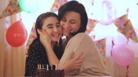 Moeder en dochter met verjaardagscake stock video