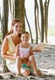 Moeder en dochter met zeeschelp stock foto