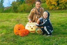 Moeder en dochter onder Halloween-pompoenen €™Lantern Jack Oâ Royalty-vrije Stock Foto