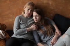 Moeder en Dochter op Bed Stock Afbeeldingen