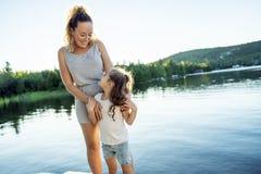 Moeder en dochter op de dag die van de pijler warme zomer goede tijd hebben stock foto's