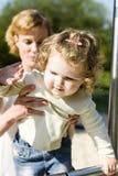 Moeder en dochter op de dia Stock Foto
