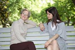 Moeder en dochter op de gang Stock Fotografie