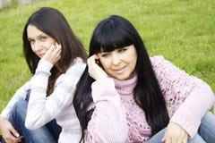 Moeder en dochter op de telefoon Stock Foto