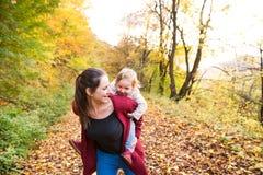 Moeder en dochter op een gang in de herfstbos Royalty-vrije Stock Afbeelding