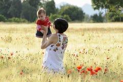 Moeder en dochter op een papavergebied Royalty-vrije Stock Foto