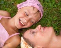 Moeder en dochter op het gras Royalty-vrije Stock Afbeelding