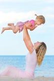 Moeder en dochter op het overzees Stock Foto's