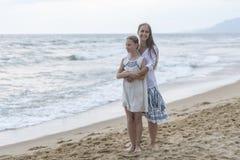 Moeder en dochter op het strand stock afbeeldingen