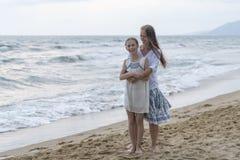 Moeder en dochter op het strand royalty-vrije stock afbeeldingen