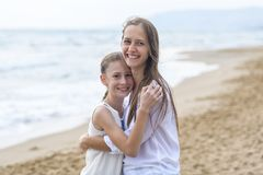Moeder en dochter op het strand stock fotografie