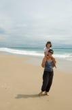 Moeder en dochter op het strand royalty-vrije stock fotografie