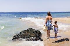Moeder en dochter op het strand Stock Foto's