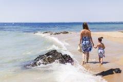 Moeder en dochter op het strand Royalty-vrije Stock Afbeelding