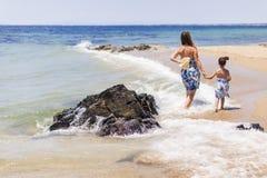 Moeder en dochter op het strand Stock Afbeelding