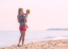 Moeder en dochter op het strand Royalty-vrije Stock Foto