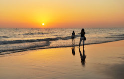 Moeder en dochter op het strand Costa Ballena in Chipiona, CÃ ¡ diz kust, Andalusia, Spanje Royalty-vrije Stock Afbeelding