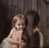 Moeder en dochter op houten achtergrond stock foto