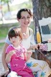 Moeder en dochter op picknick stock fotografie