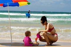 Moeder en dochter op strand Royalty-vrije Stock Foto's