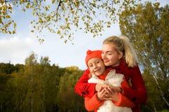 Moeder en dochter in openlucht Stock Afbeeldingen