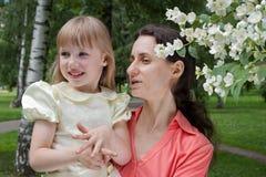 Moeder en dochter in openlucht Stock Foto's
