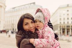 Moeder en dochter in openlucht Stock Afbeelding