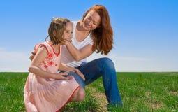 Moeder en dochter in openlucht Royalty-vrije Stock Afbeeldingen