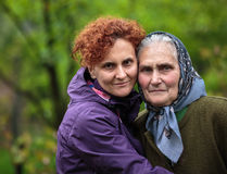 Moeder en dochter openlucht Royalty-vrije Stock Afbeelding