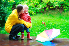 Moeder en dochter in openlucht bij regenachtige dag stock fotografie