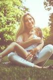 Moeder en dochter in openlucht in een weide Moeder en dochter Ha royalty-vrije stock foto's
