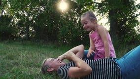 Moeder en Dochter Openlucht Spelen stock video