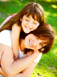 Moeder en dochter in park Stock Afbeelding