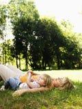 Moeder en dochter in park. stock fotografie