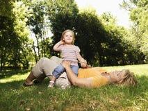 Moeder en dochter in park. stock afbeeldingen