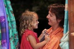 Moeder en dochter playng en makend grappige gezichten in Oia royalty-vrije stock afbeeldingen