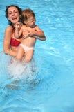 Moeder en dochter in pool Stock Afbeeldingen