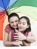 Moeder en dochter in regen Stock Foto