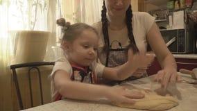 Moeder en dochter rollend deeg stock footage