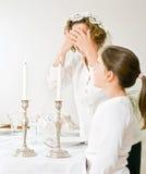 Moeder en dochter sabat candels Royalty-vrije Stock Fotografie