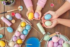Moeder en dochter samen thuis van de de voorbereidings de hoogste mening van Pasen gekleurde eieren holding stock afbeelding