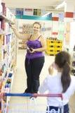 Moeder en dochter in supermarkt Stock Fotografie