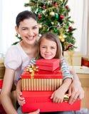 Moeder en dochter thuis in de tijd van Kerstmis Stock Fotografie
