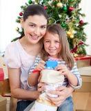 Moeder en dochter thuis in de tijd van Kerstmis Stock Afbeeldingen