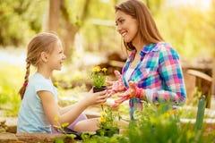 Moeder en dochter in tuin royalty-vrije stock afbeelding