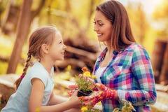 Moeder en dochter in tuin stock fotografie