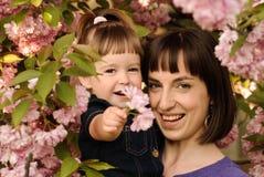 Moeder en dochter in tuin royalty-vrije stock foto