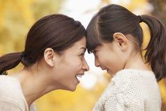 Moeder en Dochter van aangezicht tot aangezicht Stock Foto