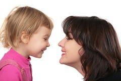 Moeder en dochter van aangezicht tot aangezicht Stock Afbeeldingen